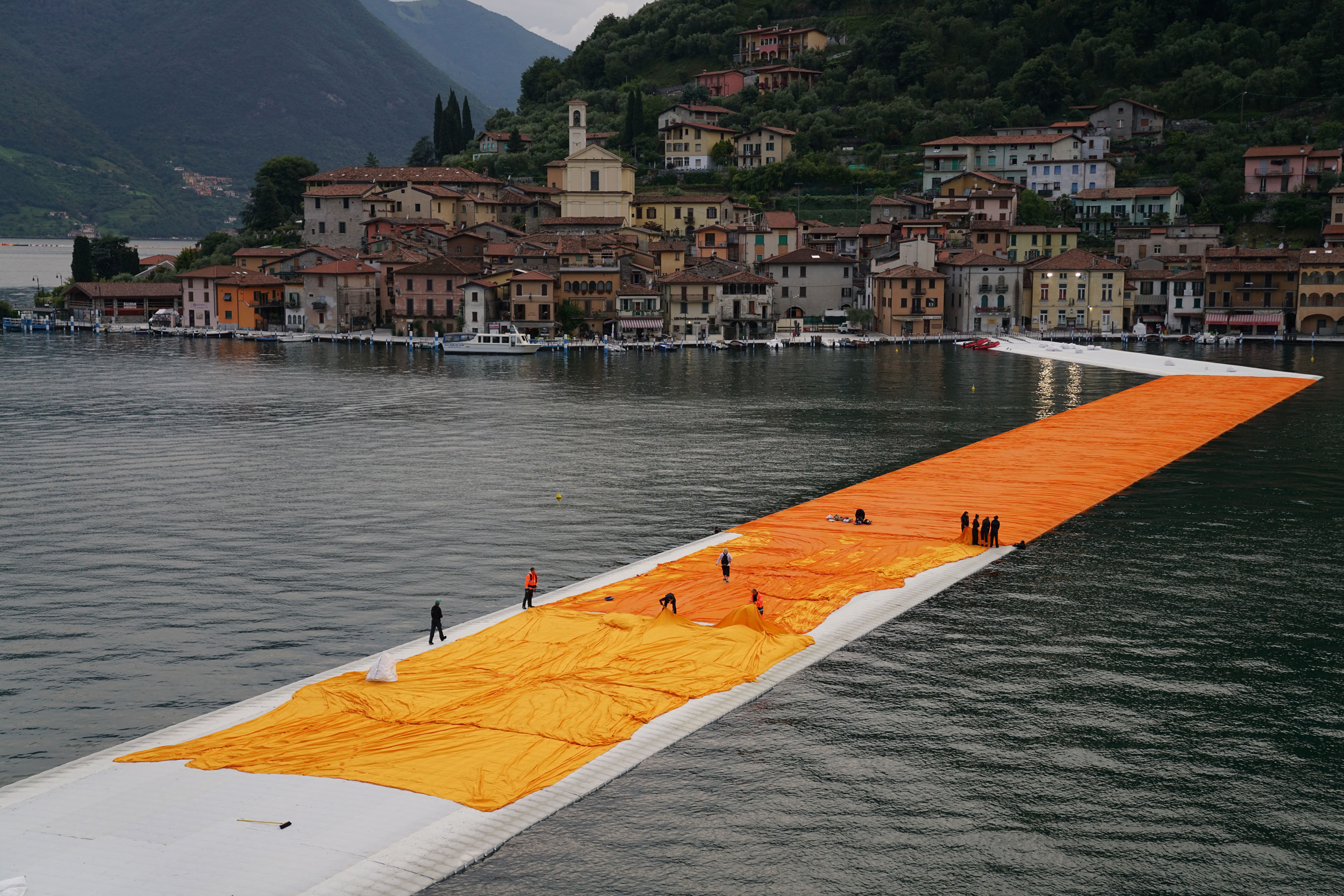 From the evening of June 15 to the evening of June 17, teams unfurl 100,000 square meters of shimmering dahlia-yellow fabric on the piers and pedestrian streets in Sulzano and Peschiera Maraglio Photo: Wolfgang Volz